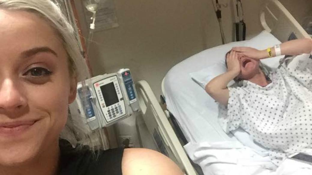 Se toma selfi sonriente mientras su hermana sufre dolores de parto. Pulzo.com