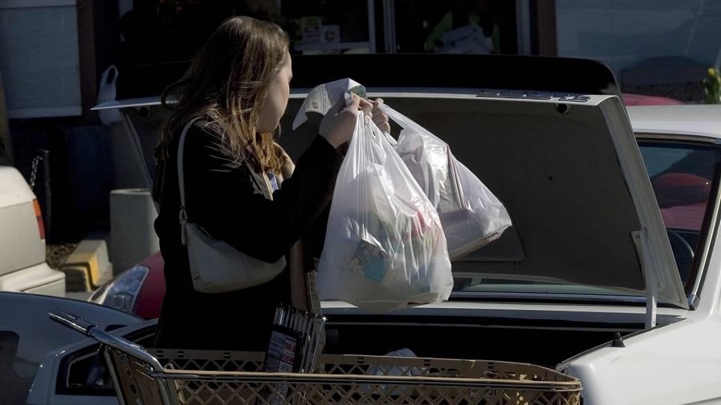 Mujer con bolsas plásticas