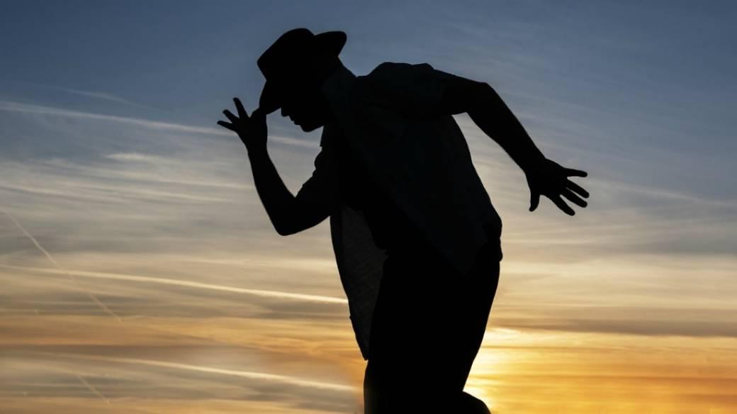 Hombre bailando.