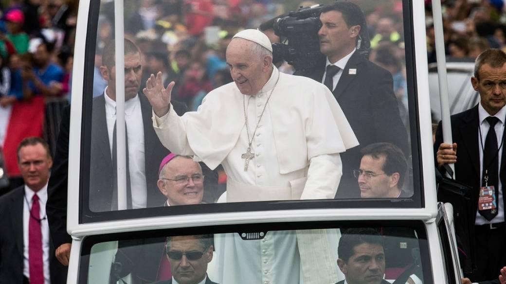 Papa Francisco en 'papamóvil'