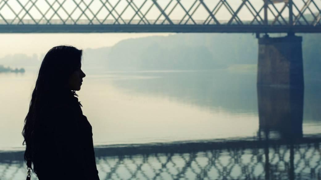 Joven en un puente.