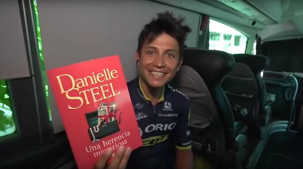 Esteban Chaves y libro