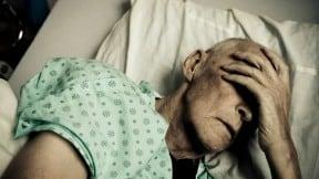 Anciano hospitalizado.