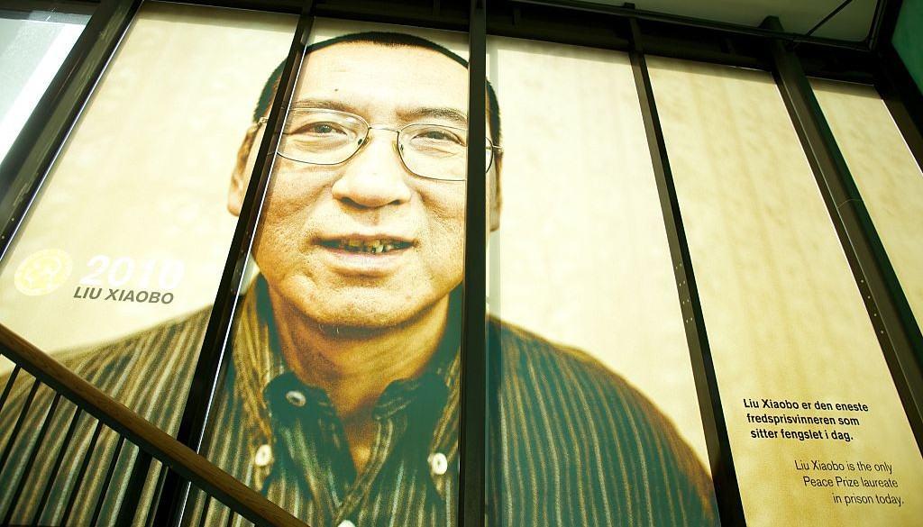 Valla con imagen del premio Nobel de Paz Liu Xiaobo
