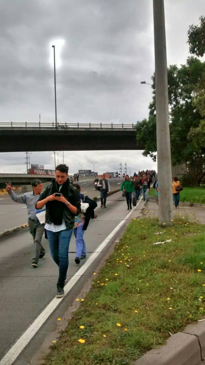 Usuarios de Transmilenio caminaron por la calzada