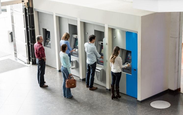 Gente en cajero automático. Pulzo.com
