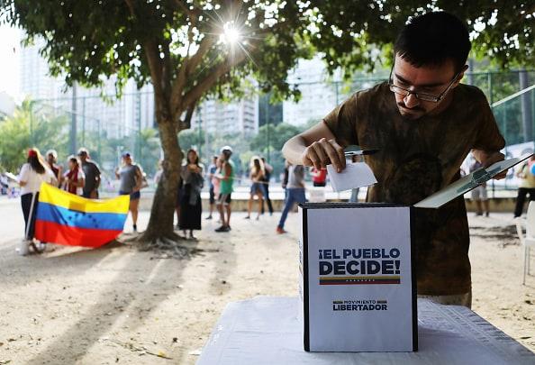 Venezolanos votan en consulta