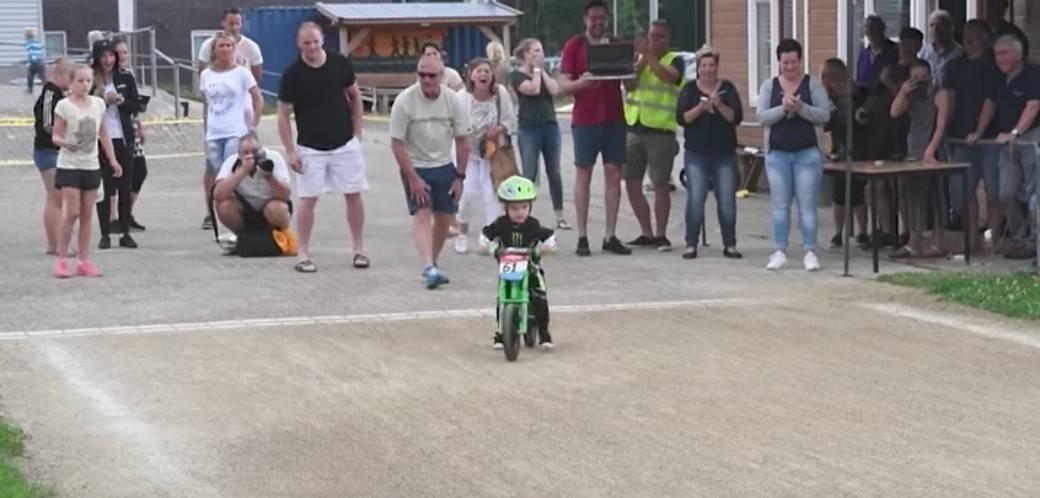 Niño iba a ganar carrera de bicicletas, pero decide no hacerlo. Pulzo.com