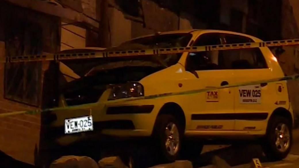 Así quedó estrellado el taxi contra la vivienda, en Naranjos  Altos (Suba)