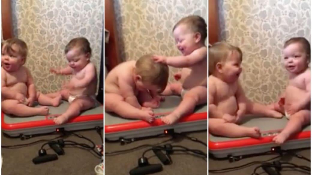 Bebés vibran en aparato de ejercicio.
