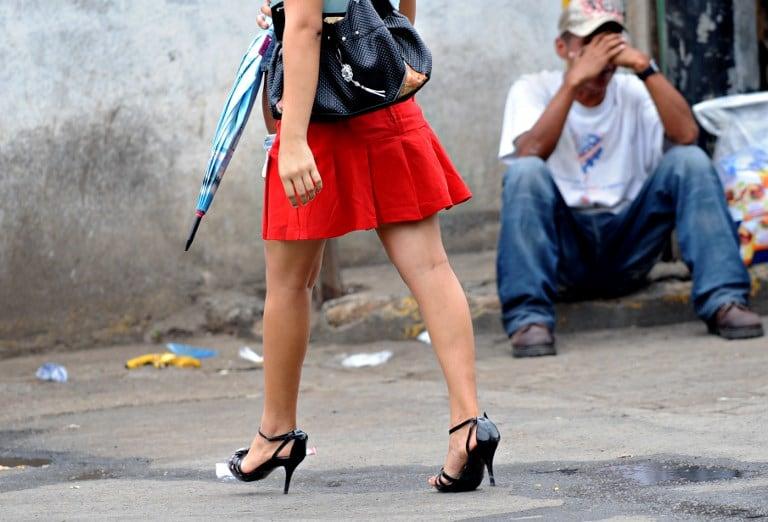 Prohíben minifaldas y escotes en Bolivia
