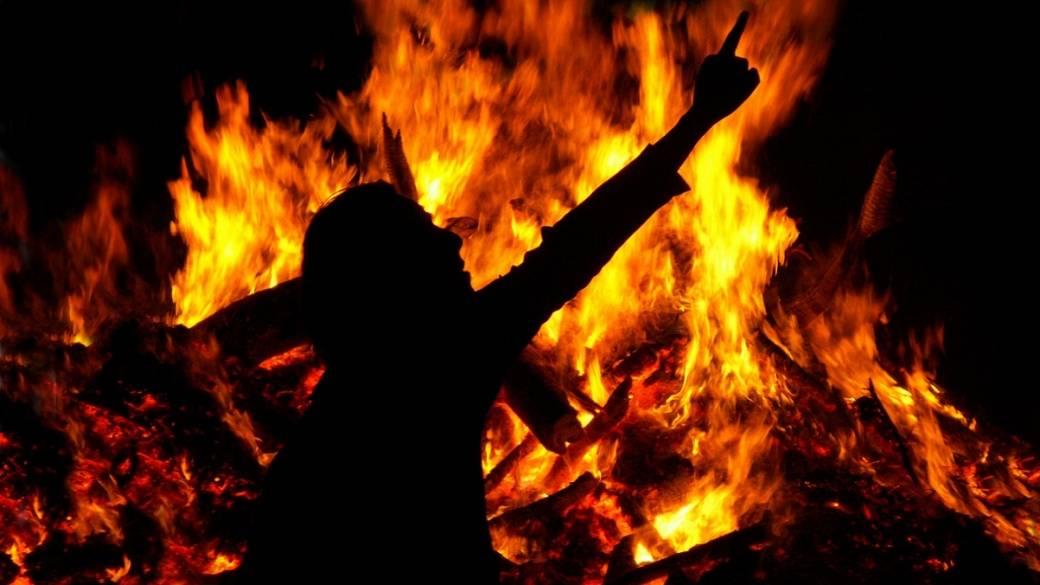 Hombre en llamas (imagen de ilustración)