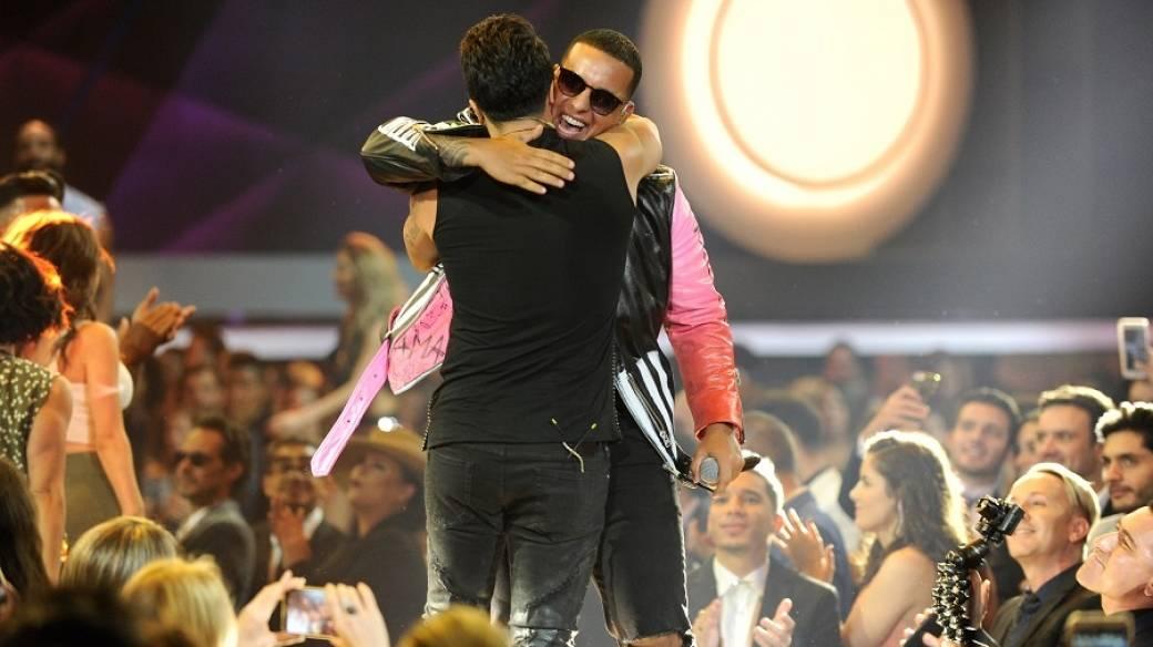 Abrazo entre Luis Fonsi y Daddy Yankee