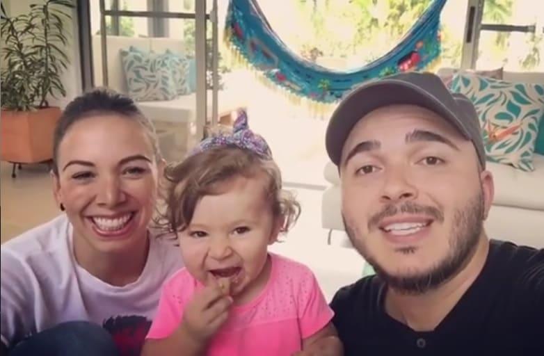 Carolina Núñez y Carlos Montaño, cantantes de Siam, junto a su hija Emilia.