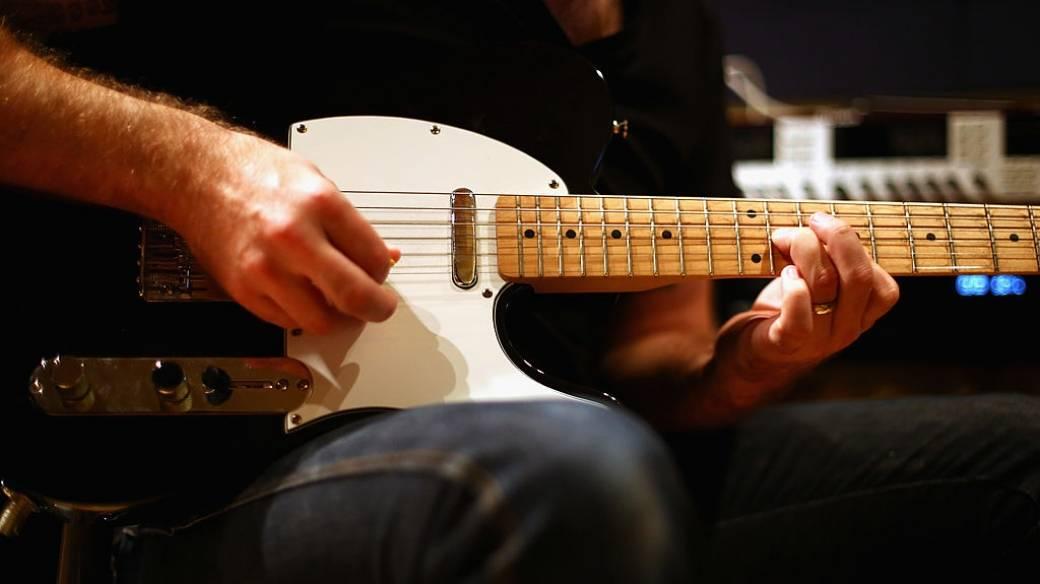 Hombre toca guitarra.