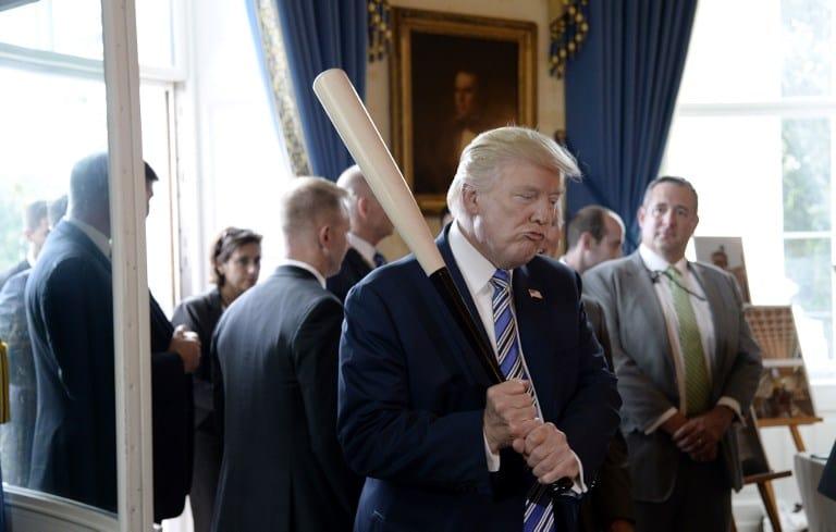 Donald Trump con un bate. Pulzo.com
