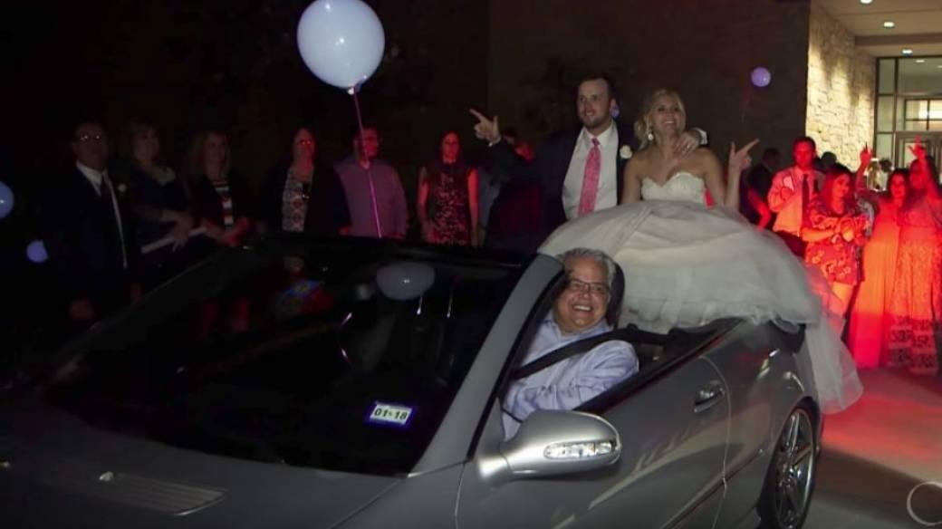 Novios en carro de boda.
