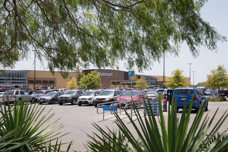 Migrantes muertos frente a Walmart