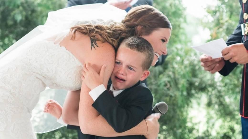Niño llora cuando madrastra le dedica discurso de matrimonio