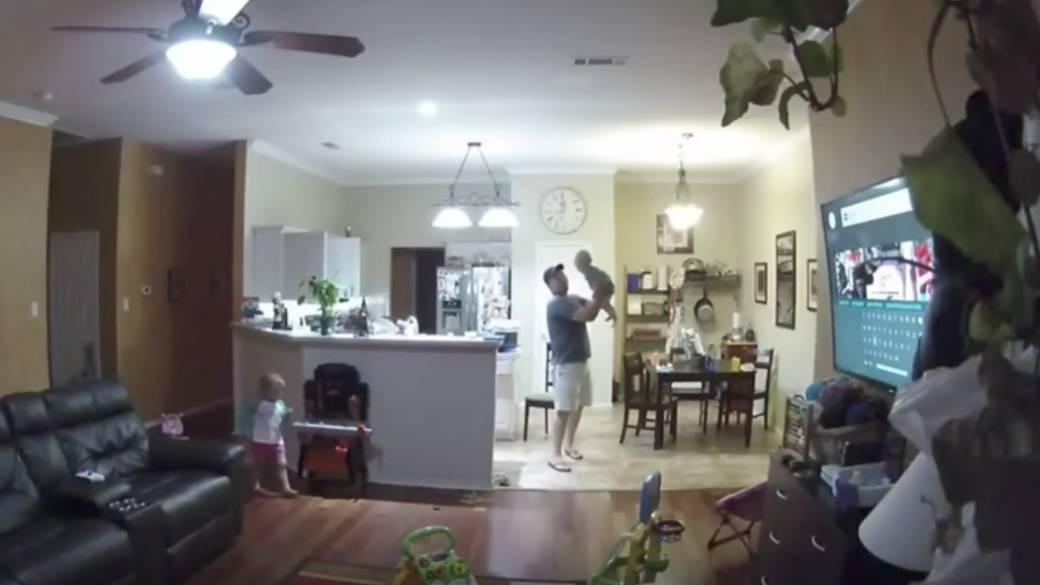 Papá salva a bebé de caer. Pulzo.com