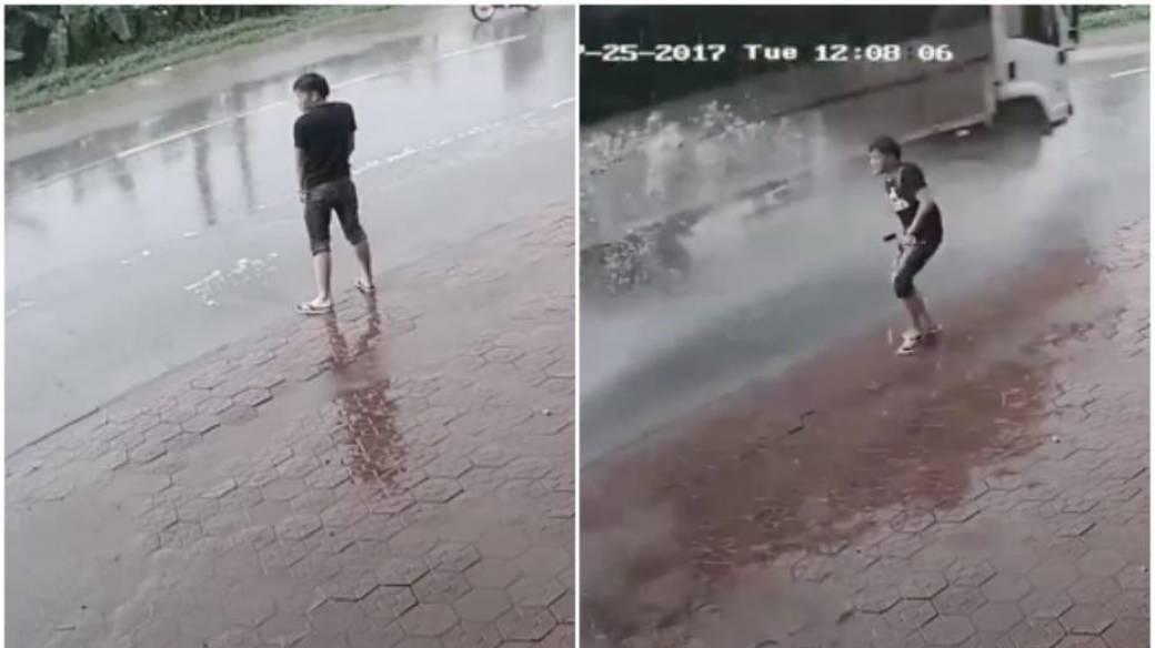 Hombre orina en la vía.