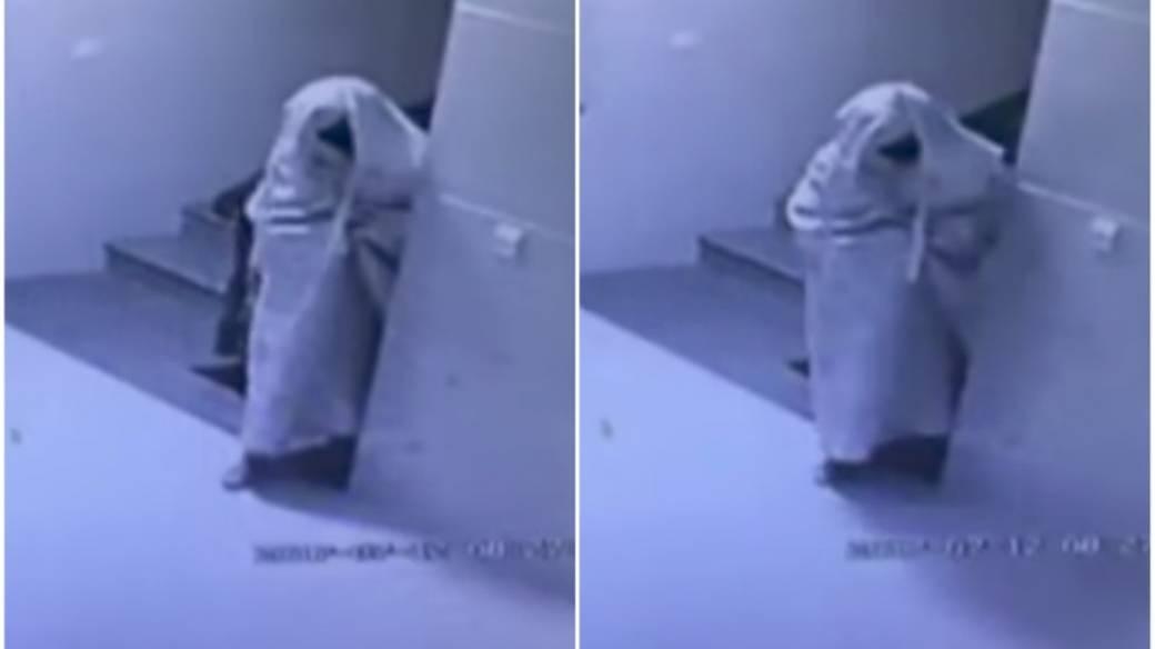 Ladrón se disfraza de fantasma.