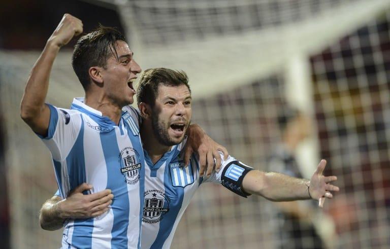 Diego Gonzalez (izq.) y Leandro Grimi celebran el primer gol de Racing.