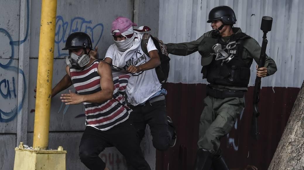 Policía persiguiendo a manifestantes