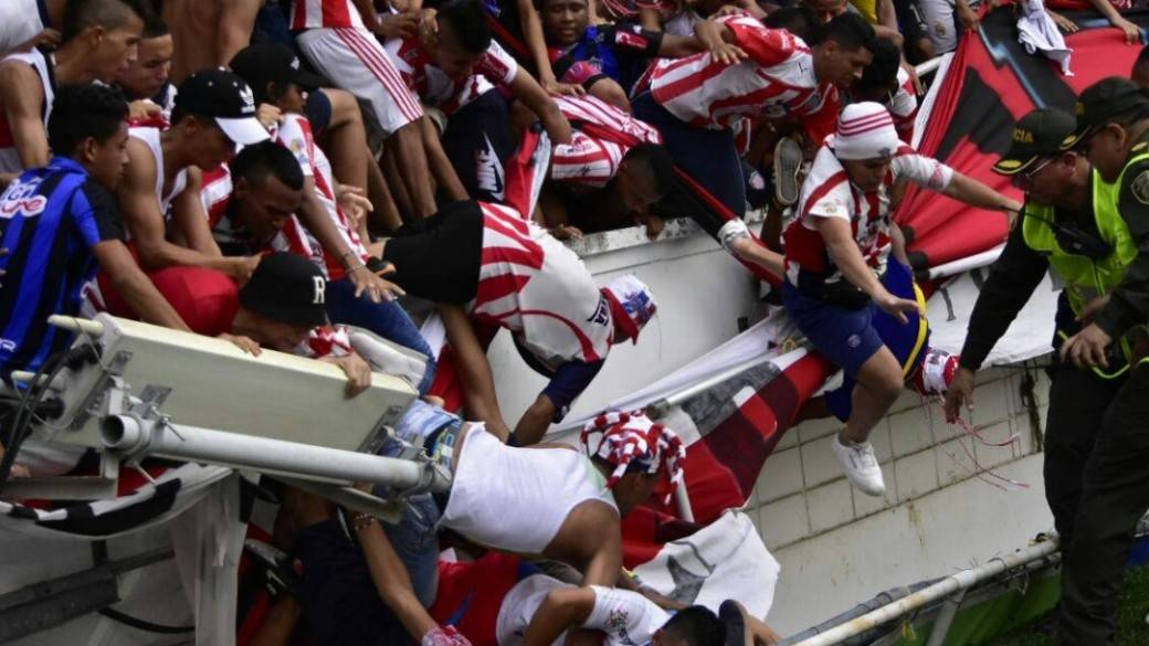 Caída de baranda en partido Junior-Nacional