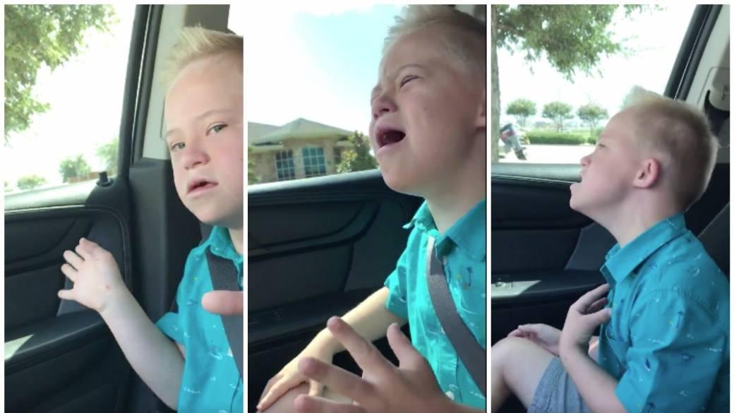 Niño con síndrome de Down cantando. Pulzo.com