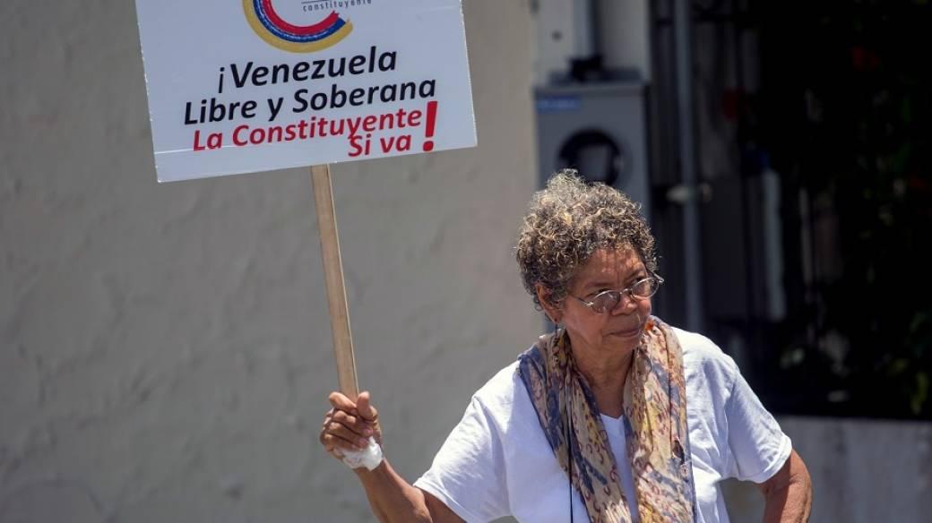 Mujer con pancarta