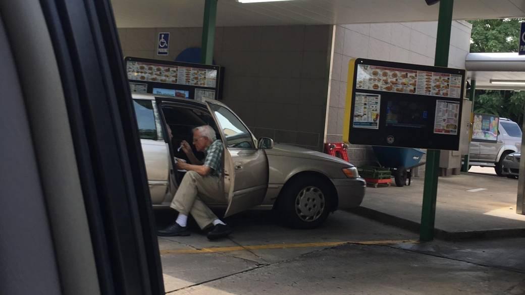 Anciano dando de comer helado a su esposa. Pulzo.com