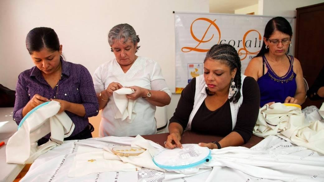 Mujeres colombianas tejen para la visita del papa