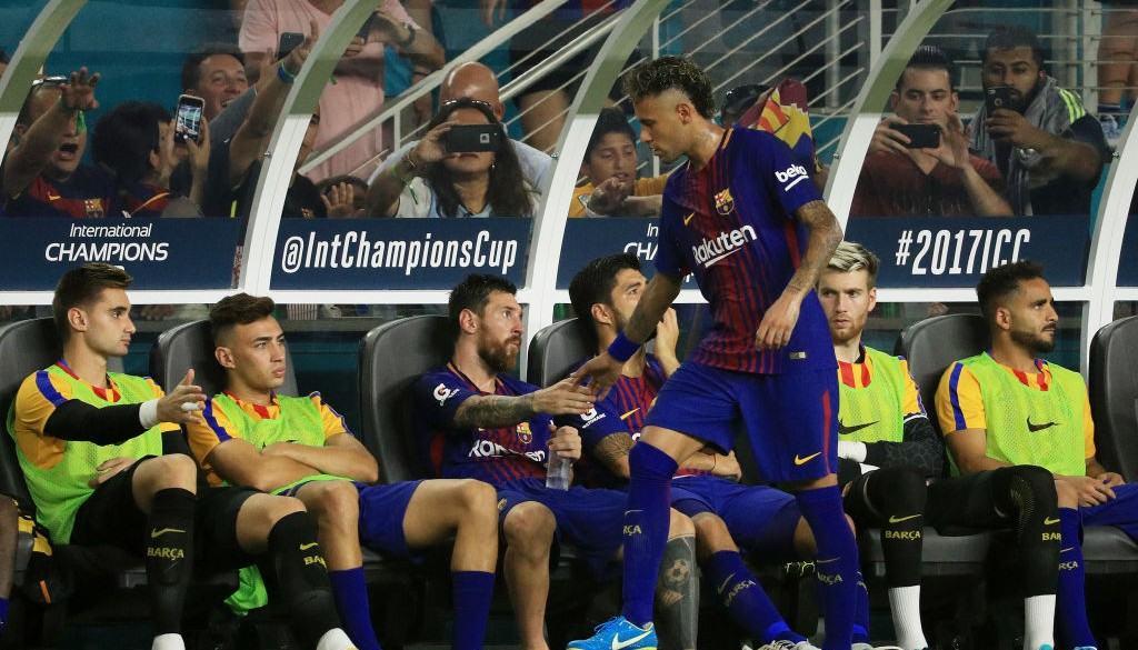 Neymar saluda a sus compañeros