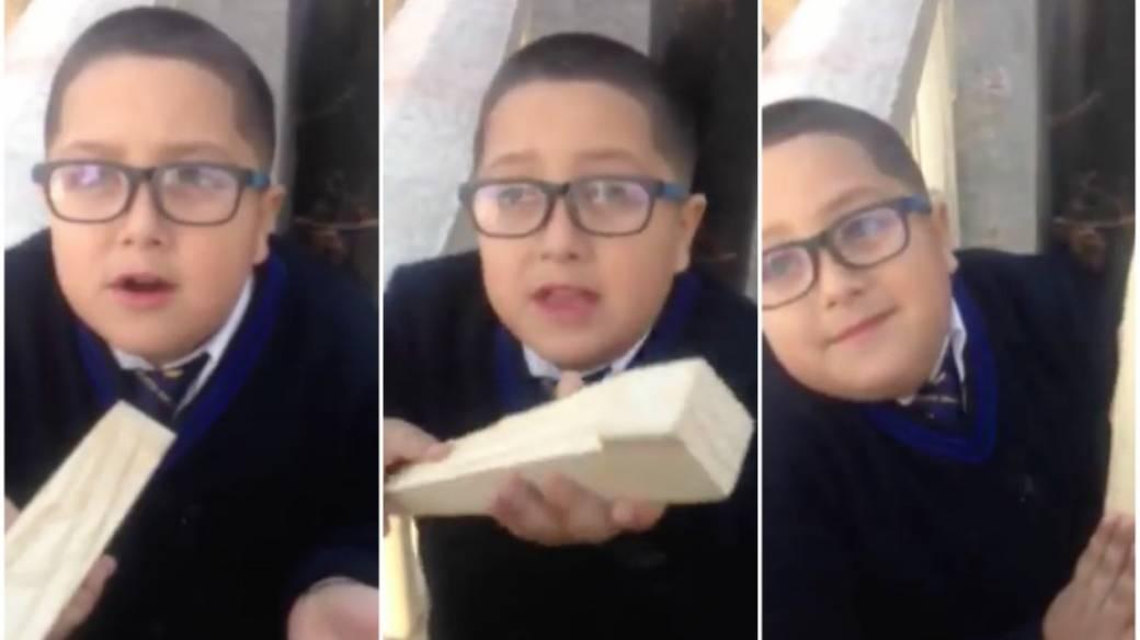 Niño vende pedazo de madera.