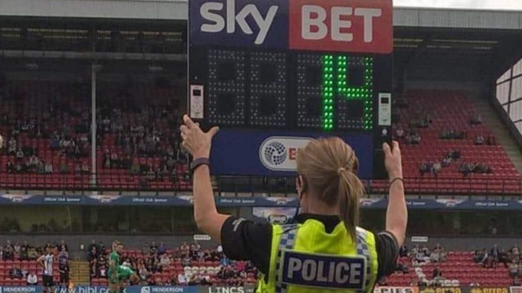 Mujer policía hace de árbitro en Inglaterra
