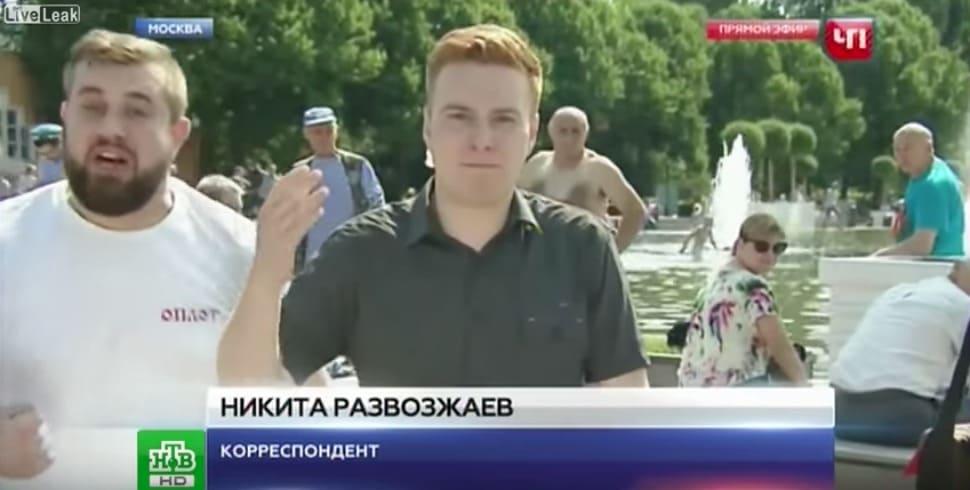 Periodista ruso que fue golpeado por el hombre que tenía a su lado. Pulzo.