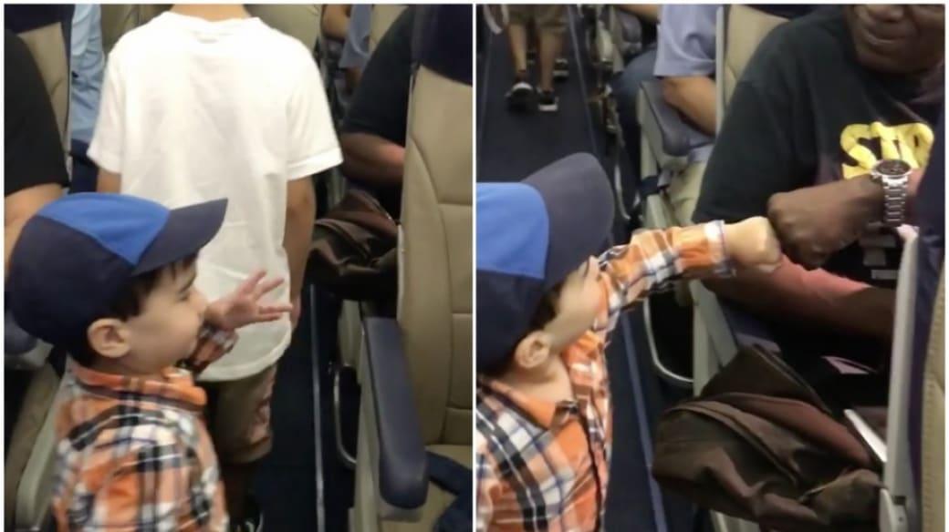 Niño de 2 años saluda a pasajeros de avión.
