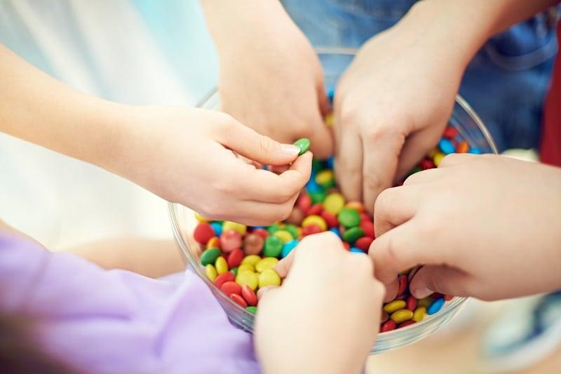 Niños comiendo chocolates