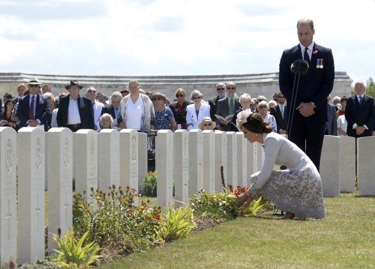 Príncipe William y Kate Middleton en cementerio de Bélgica. Pulzo.