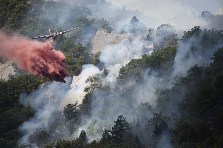 Avión apaga incendio en Francia. Pulzo.