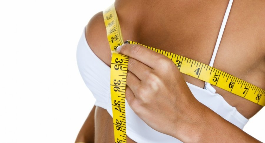Mujer mide su busto.