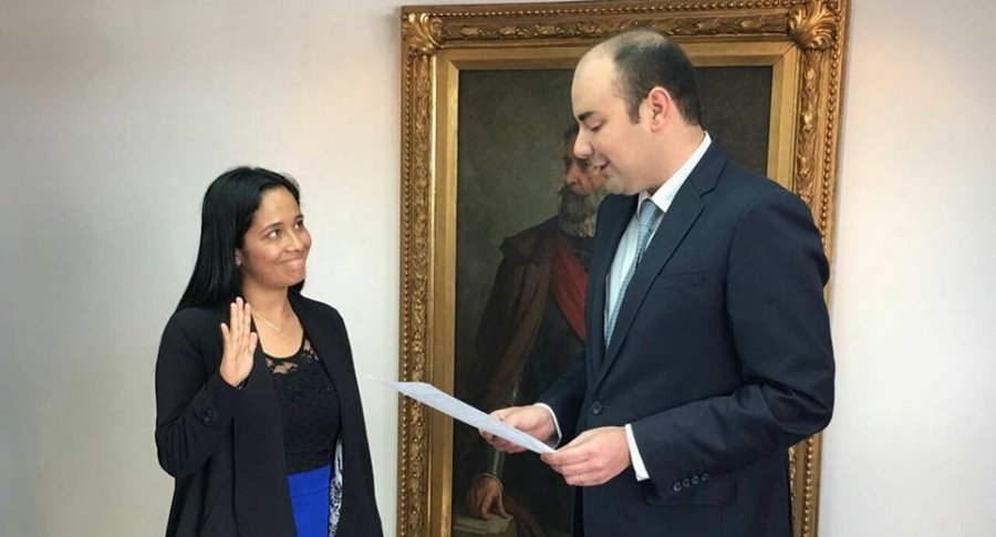 Xinia Navarro y Horacio José Serpa, presidente del Concejo, durante la posesión