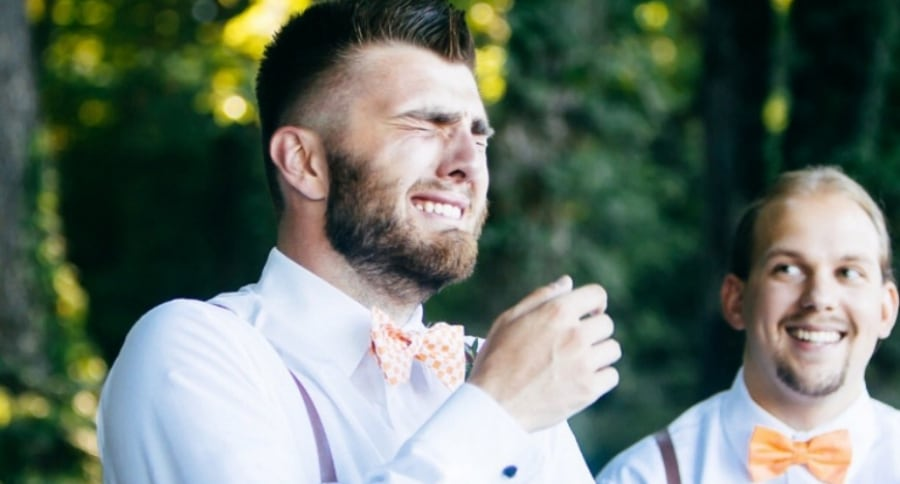 Hombre llorando durante su boda. Pulzo.