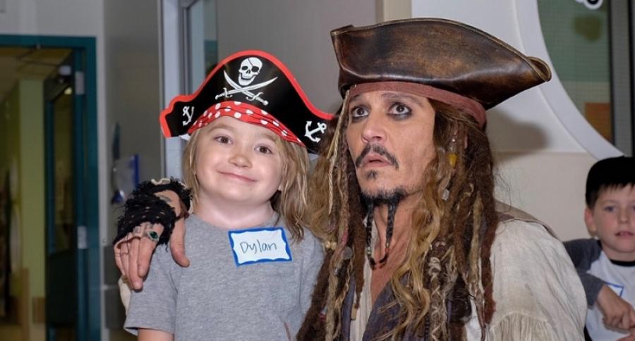 Johnny Depp visita hospital de niños vestido como Jack Sparrow