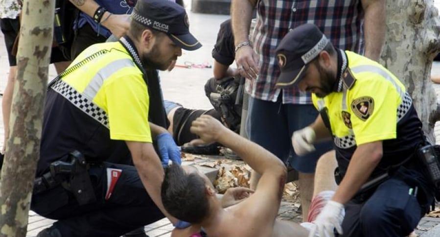 Policía ayudan a víctima de atentado en Barcelona