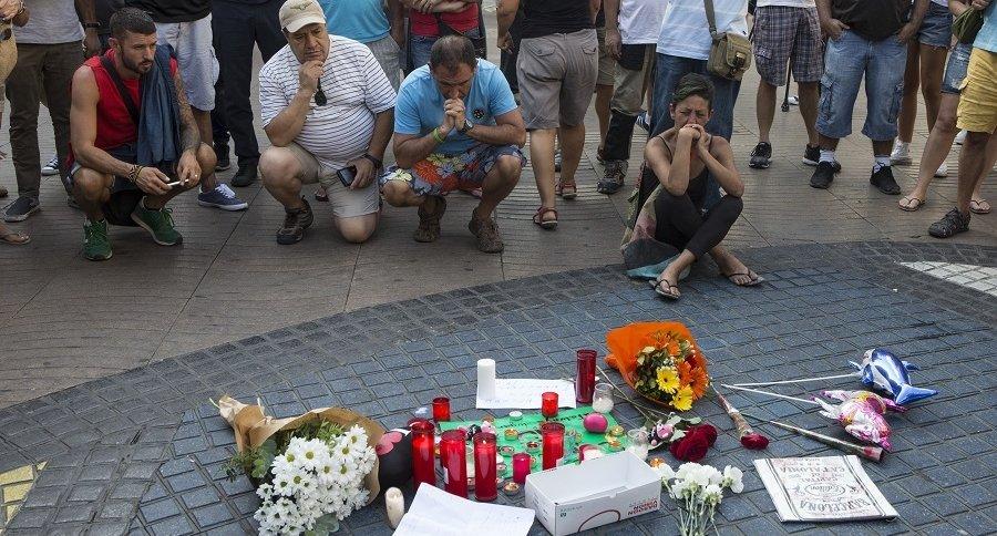 Homenaje a víctimas de Barcelona