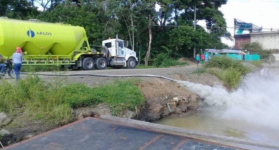 Polémica por desecho de residuos de cemento en el río