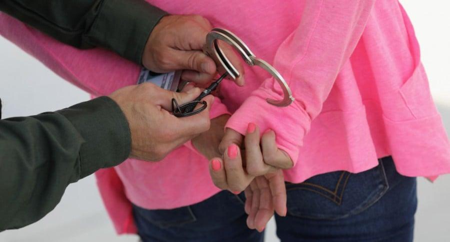 Mujer detenida por la Policía. Pulzo.