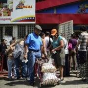 Hombre recoge comida de uno de los centros de distribución del CLAP